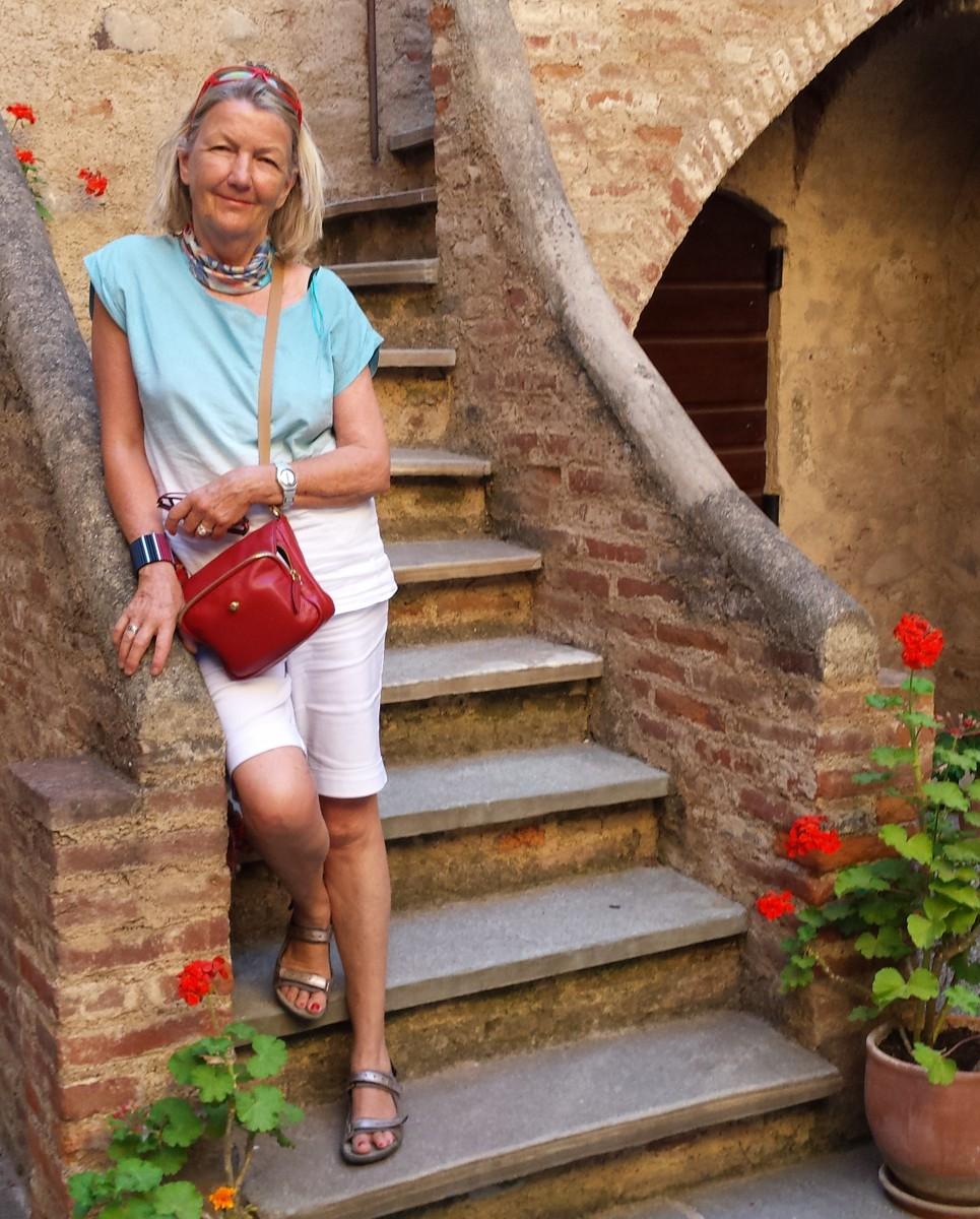 Mariann Wiederkehr auf Treppe